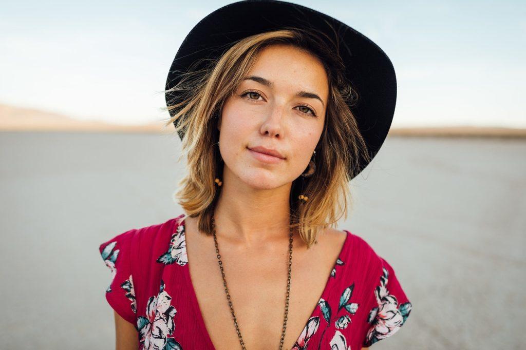 帽子をかぶった美しい女性