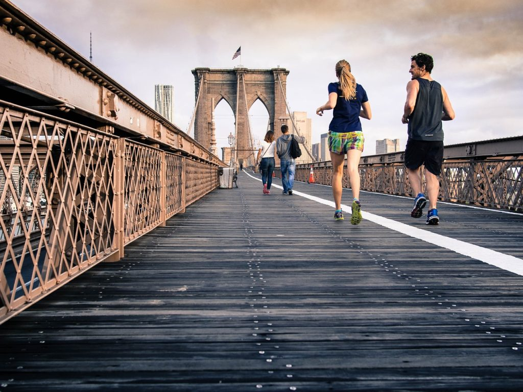 ジョギング運動する女性と男性