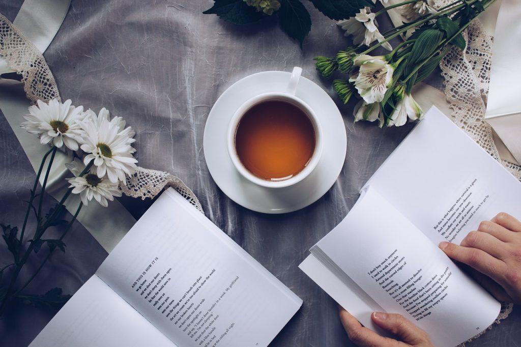 本を読むテーブル