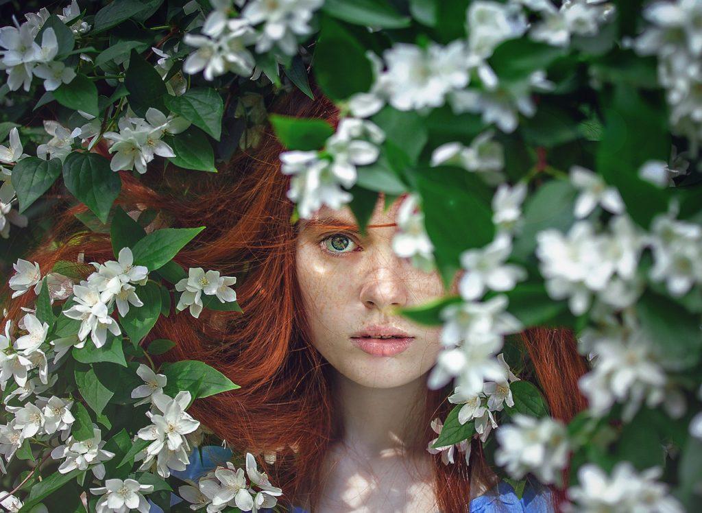 花の中に佇む女の子