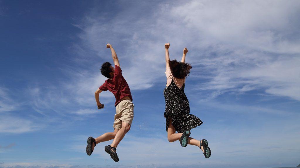 空に跳び立つ若者