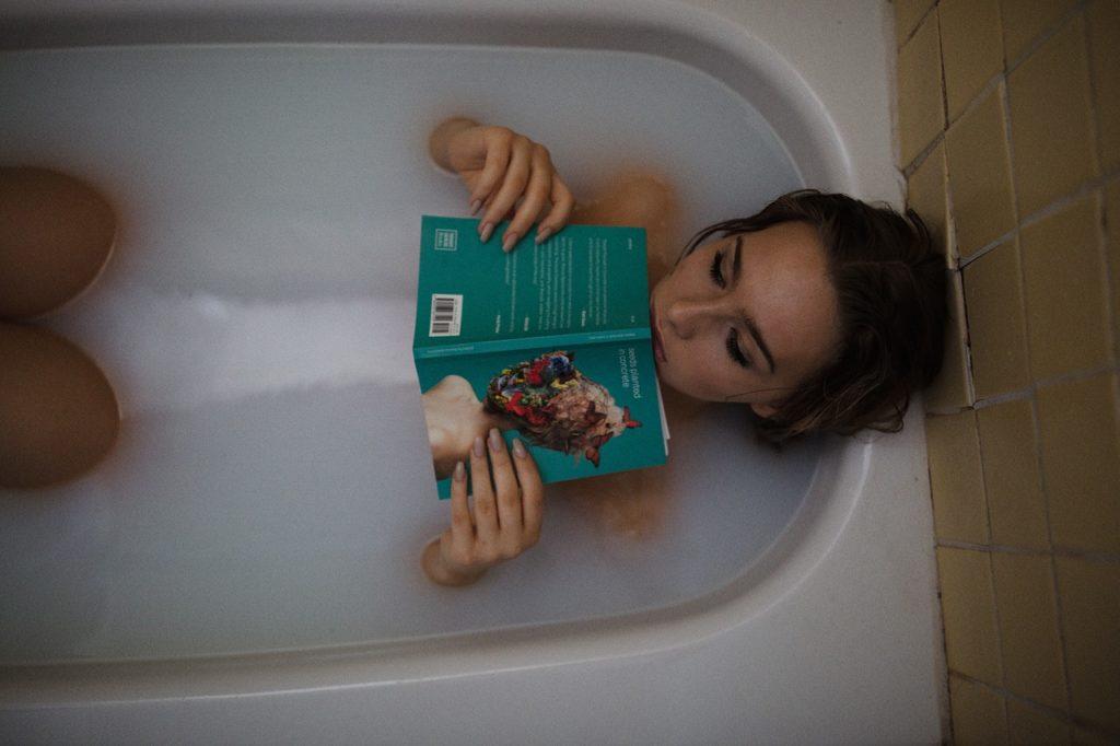 お風呂で本を読む女性