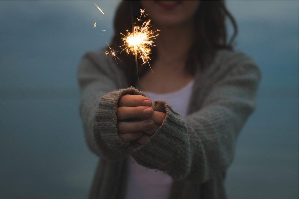 花火をする女の子