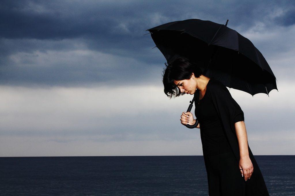 黒い服を着ている女性
