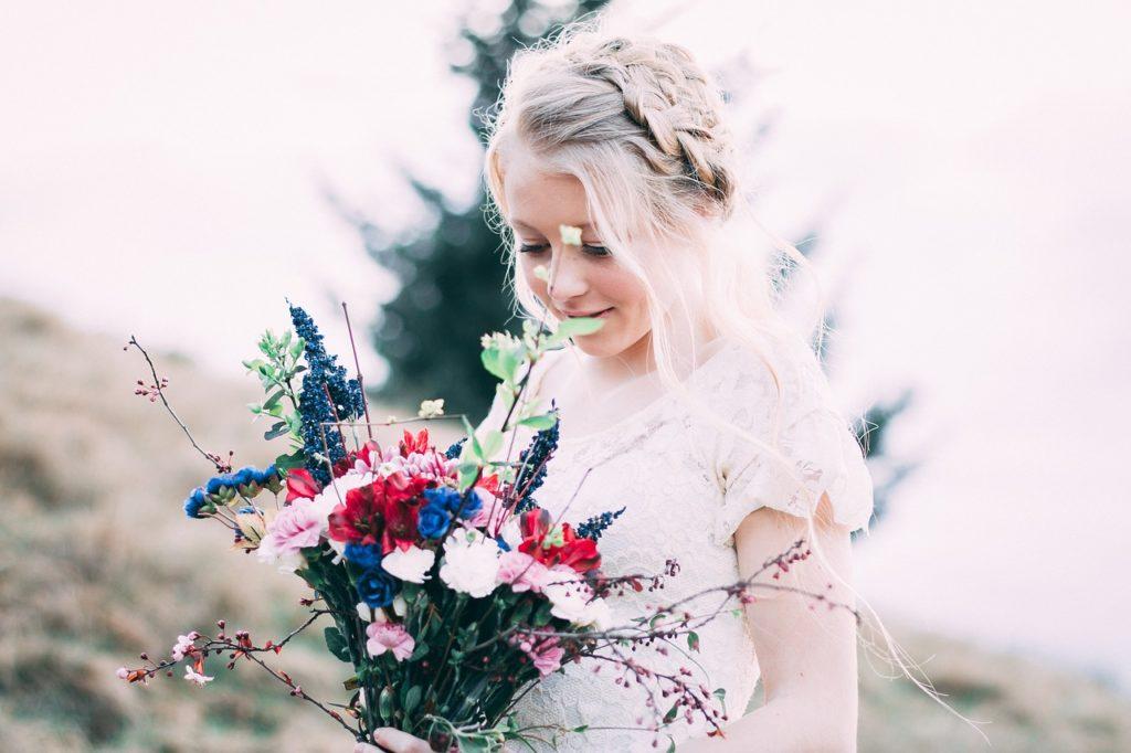 結婚式でウェディングドレスを着る女性