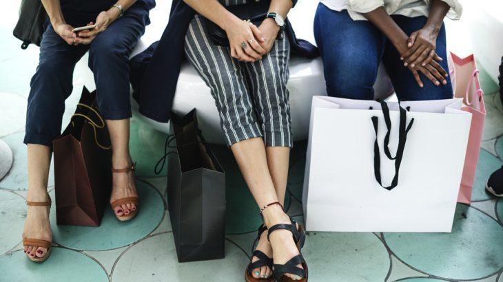 ショッピングする女性たち