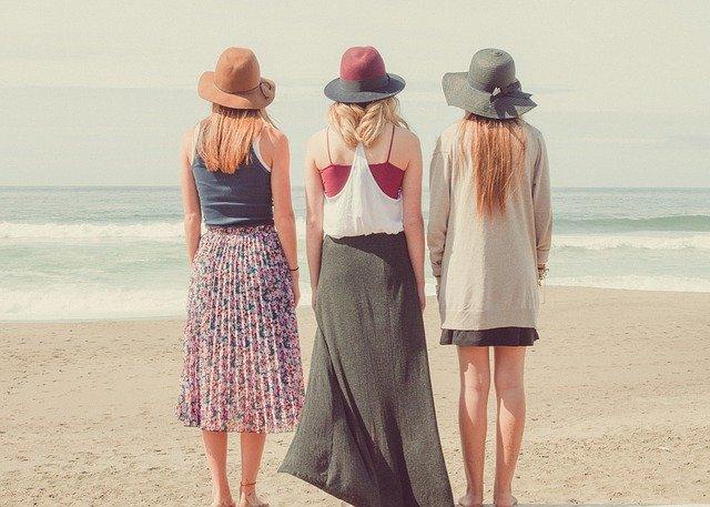 ビーチに立つ3人の女性