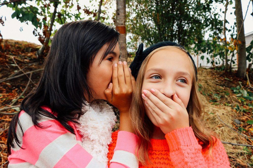 秘密の話をする女の子たち