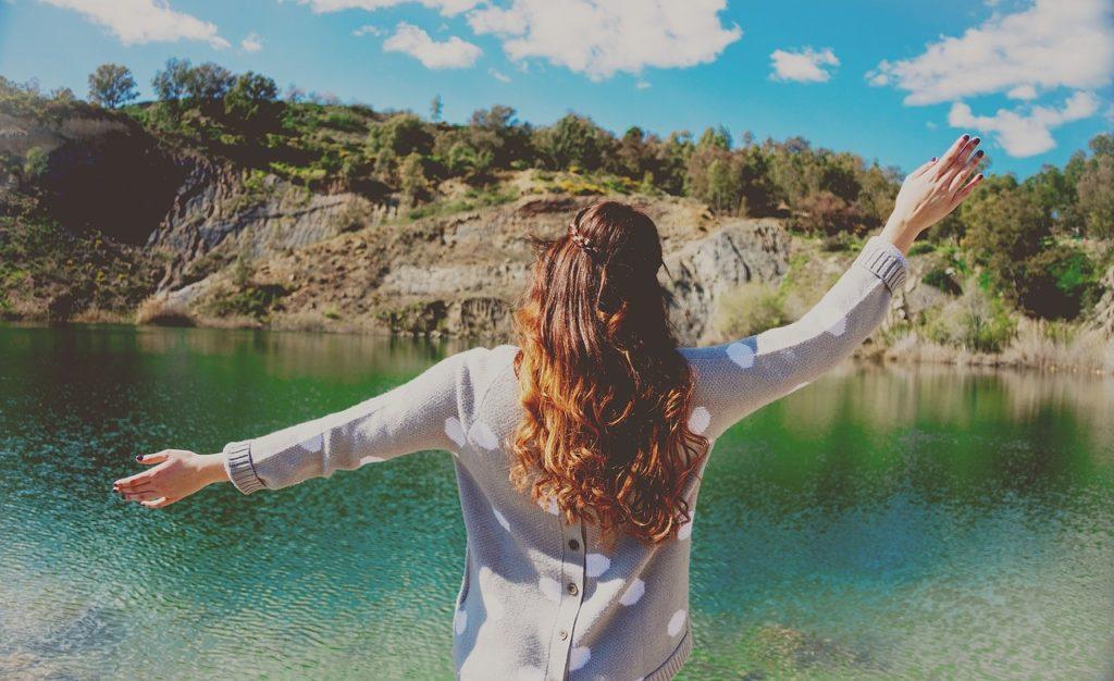 湖を眺める女性