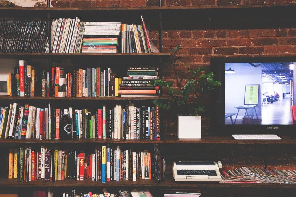 本棚とテレビ