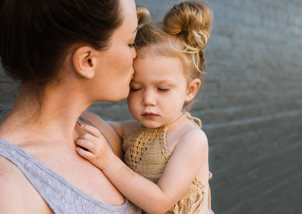 ママに抱っこされる赤ちゃん