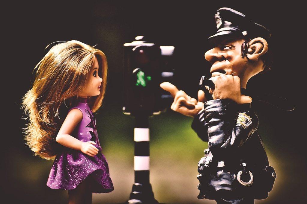 少女と警察官