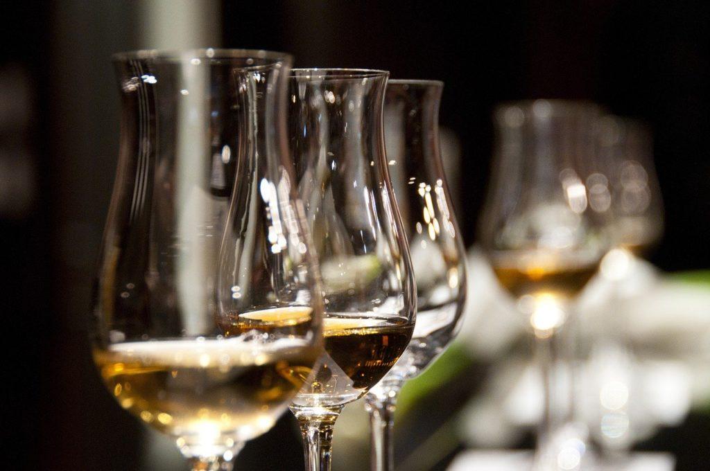 飲み会とワイングラス