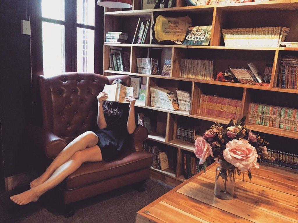 本棚と本を読む女性