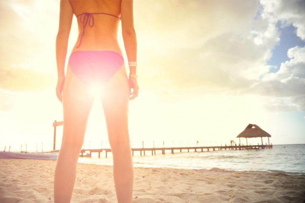 海辺に佇む水着の女性