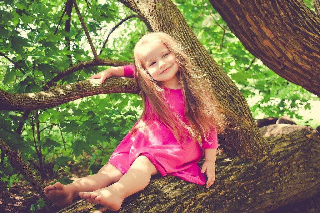 木の上の笑顔の少女