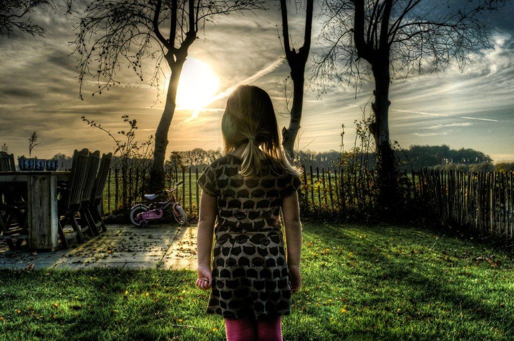朝日を見る少女