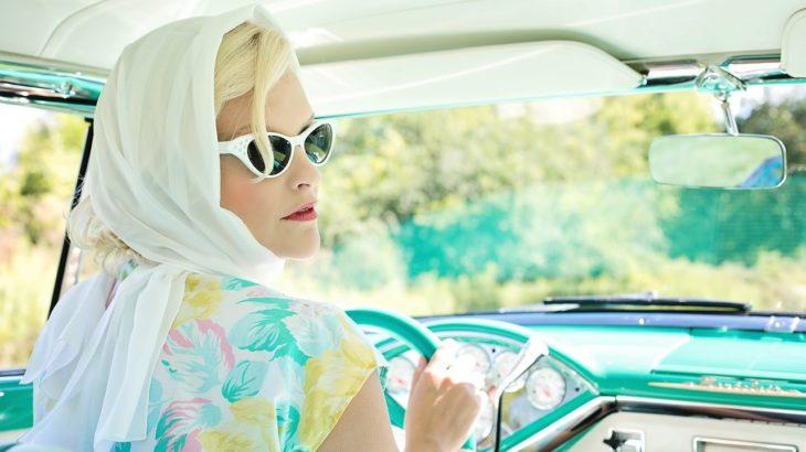 車の運転をする女性