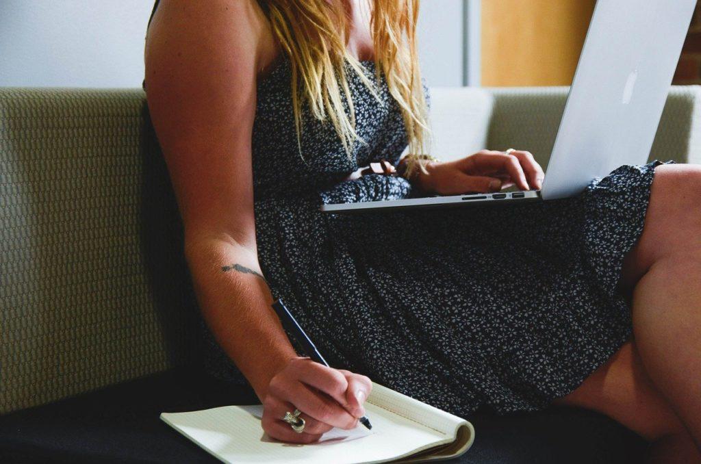 家でパソコン作業する女性