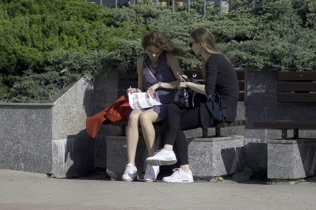 ベンチに座っている女性達