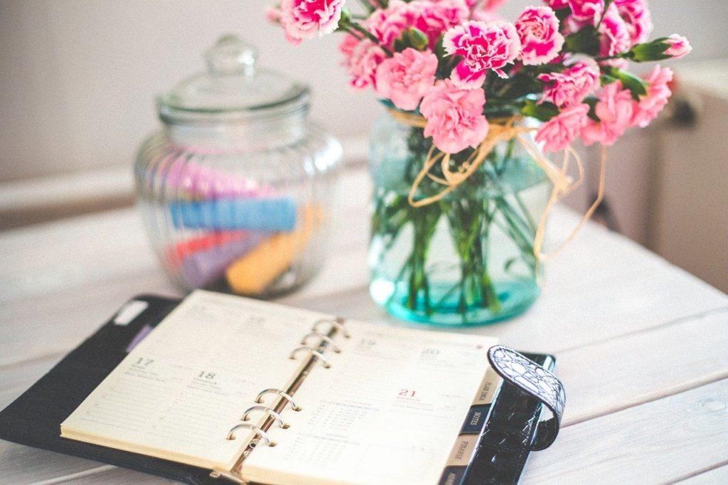 テーブルに花と手帳