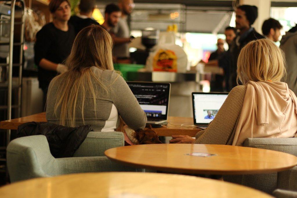コーヒーショップで仕事する女性