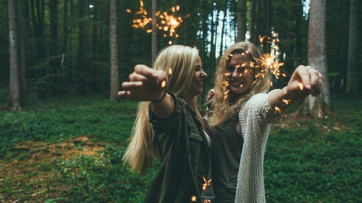 森で花火をする2人の女性