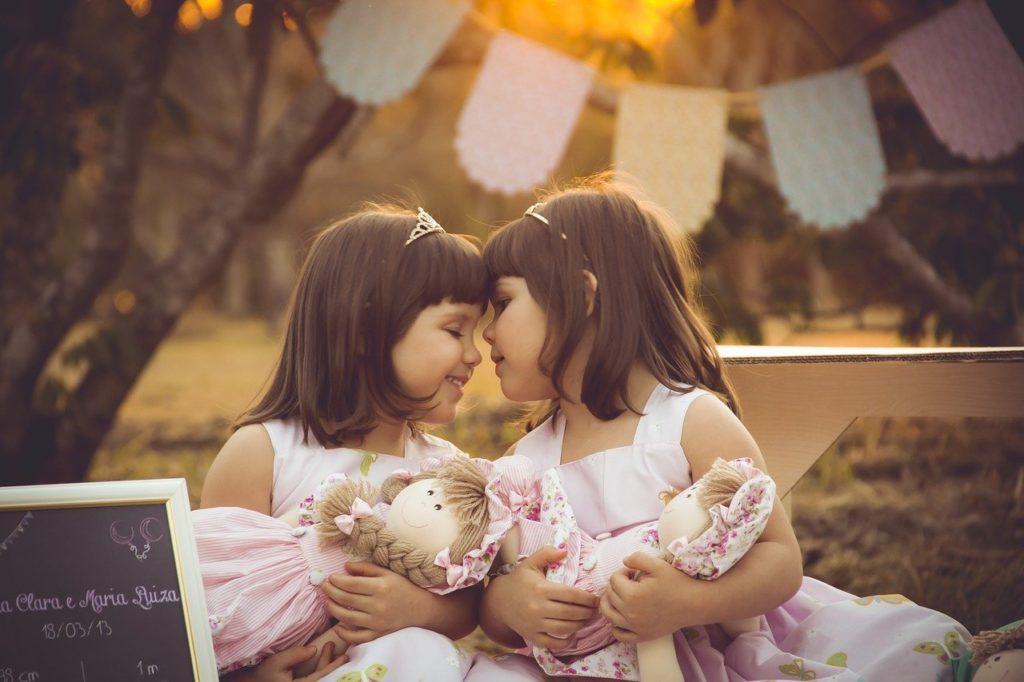 人形を持った二人の少女