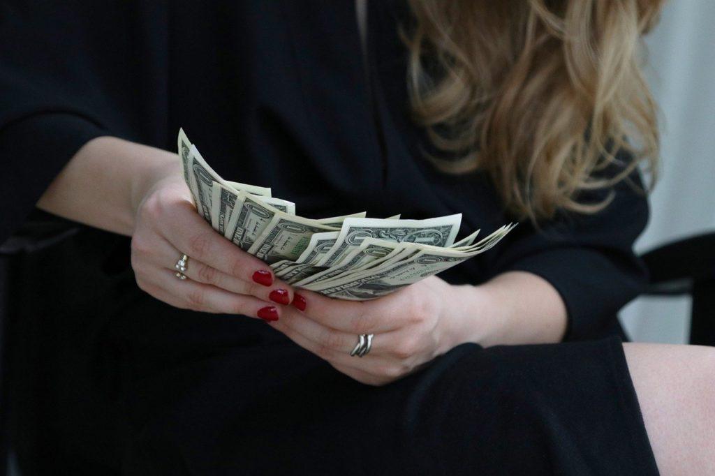 ドルを持つ女性