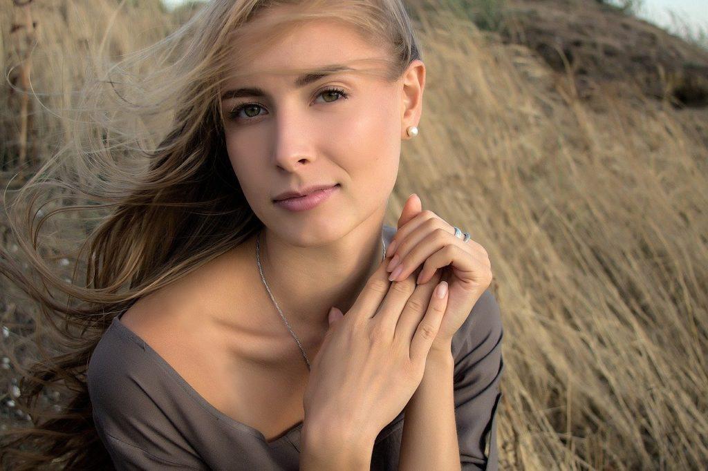 草原に佇む女性