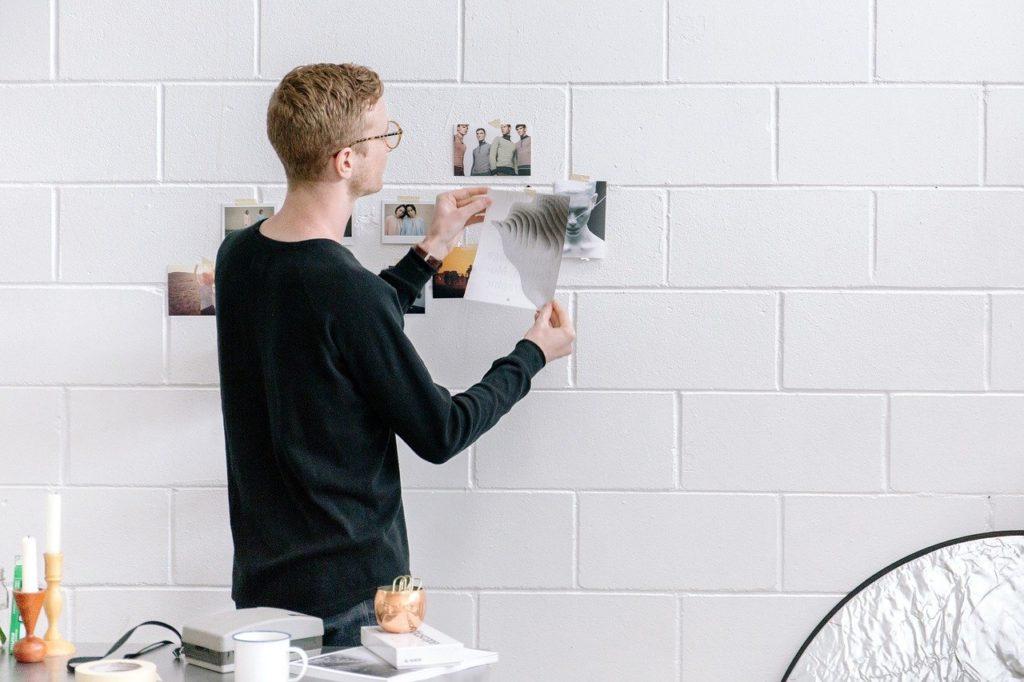 写真を壁に貼る