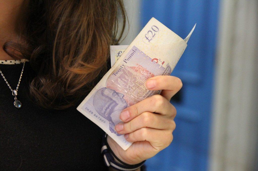 女性がお金を持つ
