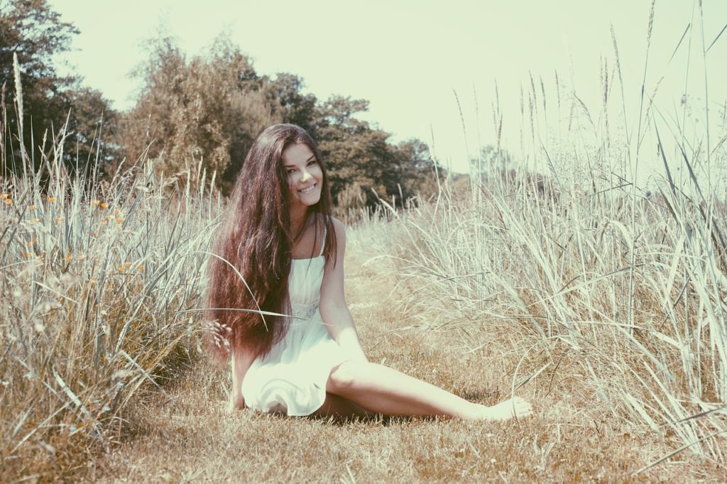 草原に座る女性