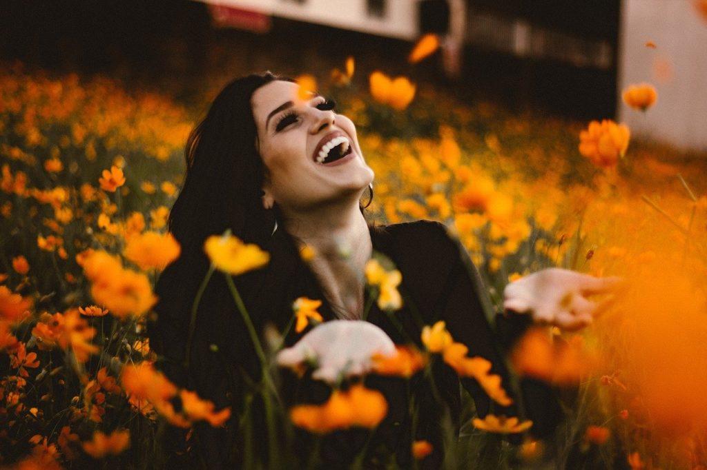 オレンジの花畑と女性