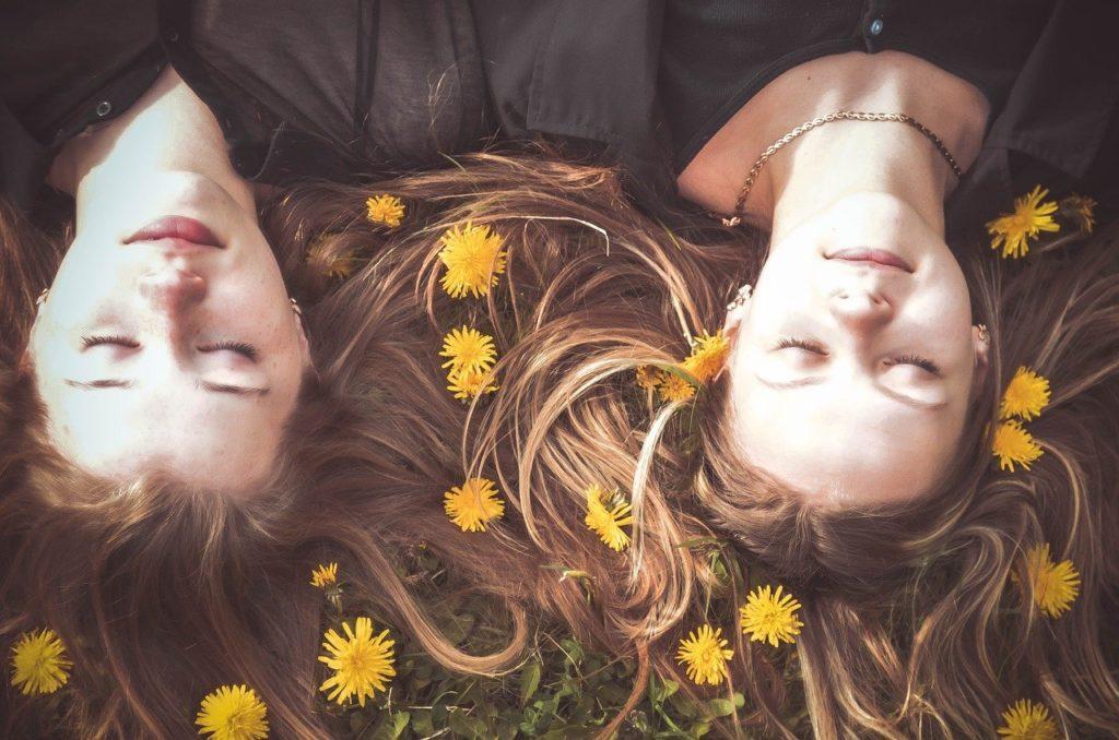 二人の女の子友達