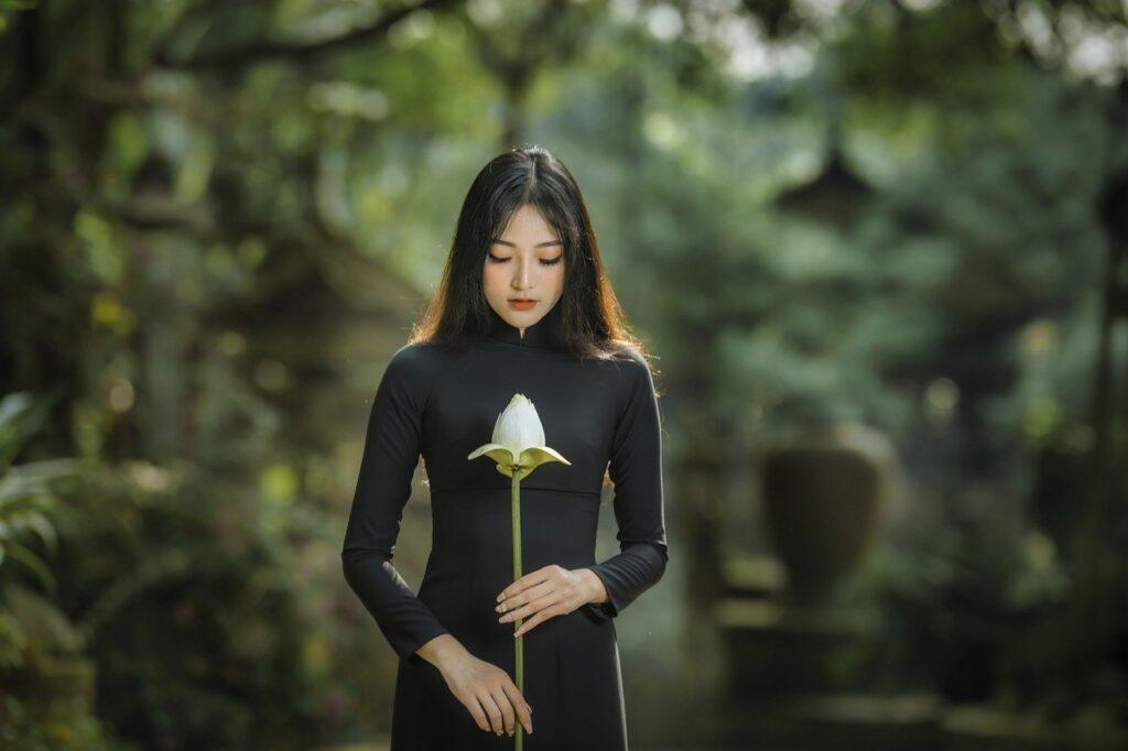 黒い服の女性