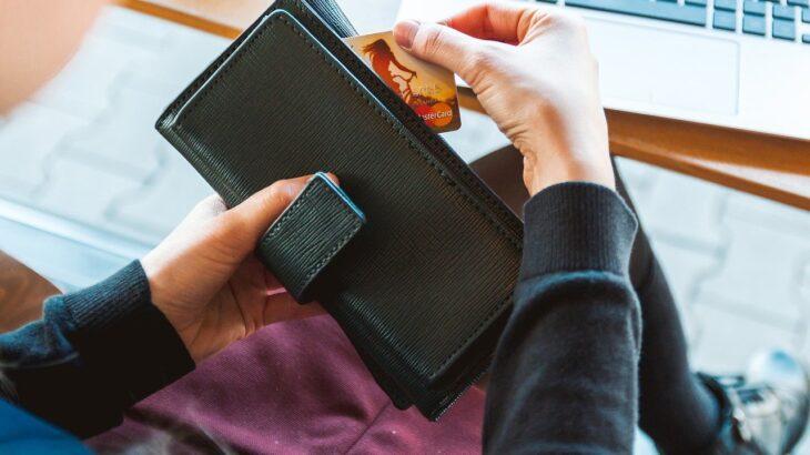 クレジットカードを出す女性