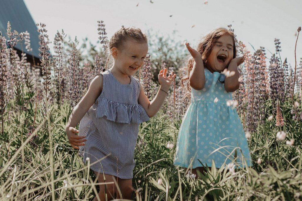 2人の少女 爆笑