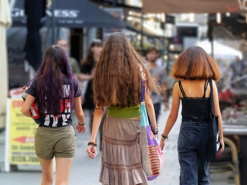 3人の女性の後ろ姿
