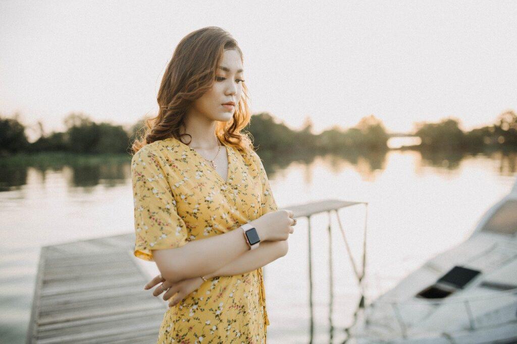 川辺の女性